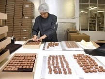 Chocolats fabrication artisanale. Bonbons de chocolats 100% beurre de cacao. - image 9